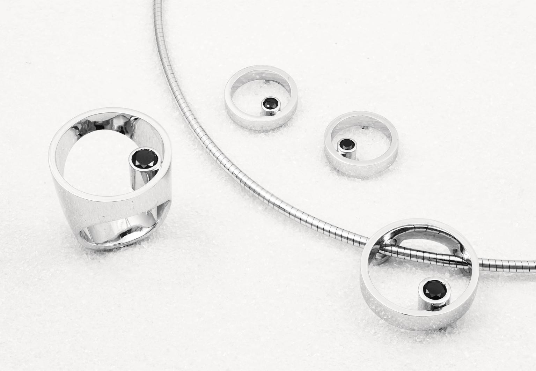 Smykkeset i hvittgull med svarte diamanter.