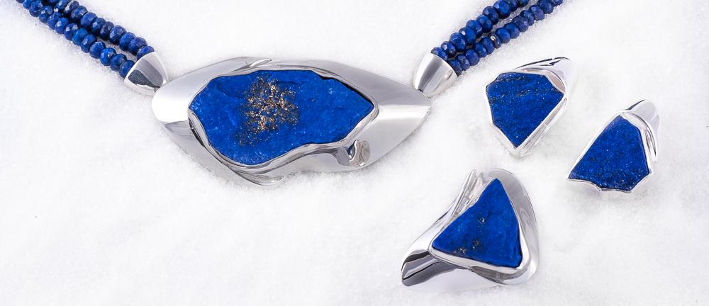 Smykkesett: Brosje/lås, ring og øresmykke i sølv med Lapis Lazuli og fasettert kjede.